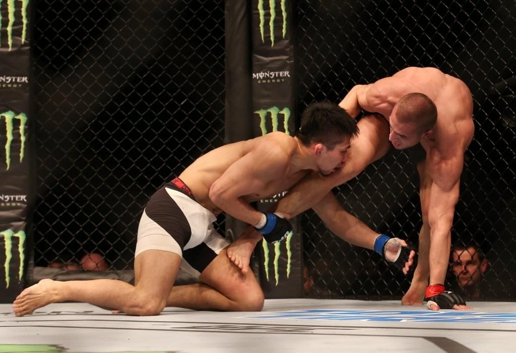 Keita Nakamura (esq.) tenta agarrar perna de Tom Breese em luta neste sábado (27), no UFC em Londres