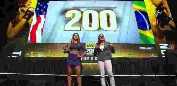 Miesha Tate e Amanda Nunes posam para fotos em coletiva de imprensa do UFC 200 - Reprodução/Youtube - Reprodução/Youtube