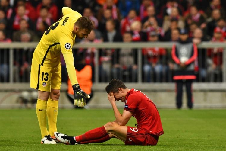 Lewandowski fica no chão após lance na partida do Bayern contra o Atlético de Madri, na Liga dos Campeões