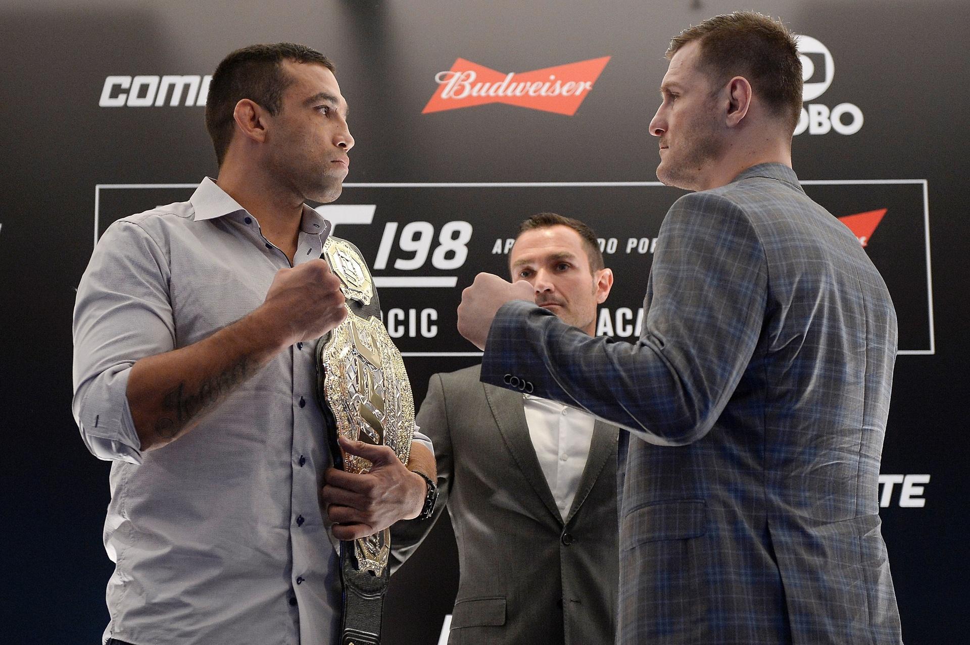 Fabricio Werdum e Stipe Miocic posam para fotos durante evento de divulgação do UFC 198. Lutadores se enfrentarão pelo cinturão dos pesados
