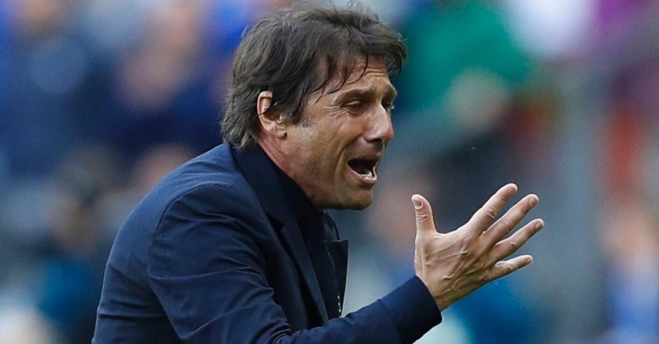 Conte em ação durante o confronto entre Itália e Espanha na Eurocopa