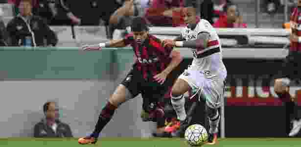 Wesley é marcado por meia do Atlético-PR - Rubenss Chiri/SPFC - Rubenss Chiri/SPFC