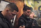 Irmãos Diaz fumam maconha com enorme objeto em forma de luva de MMA; veja