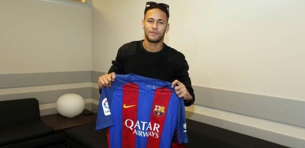 Neymar mostra uniforme autografado que foi entregue para a Chapecoense - Miguel Ruiz/Barcelona oficial