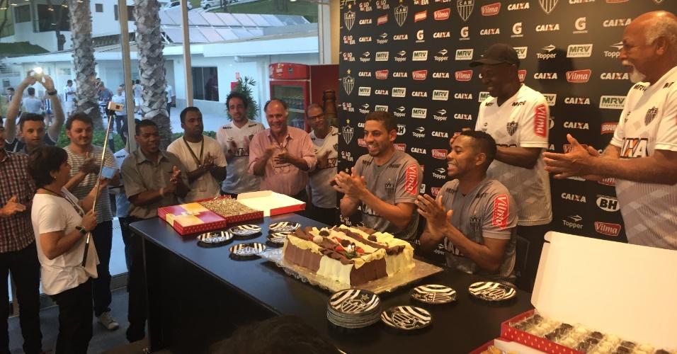 Robinho puxa o 'Parabéns para você' em homenagem aos 109 anos do Atlético-MG