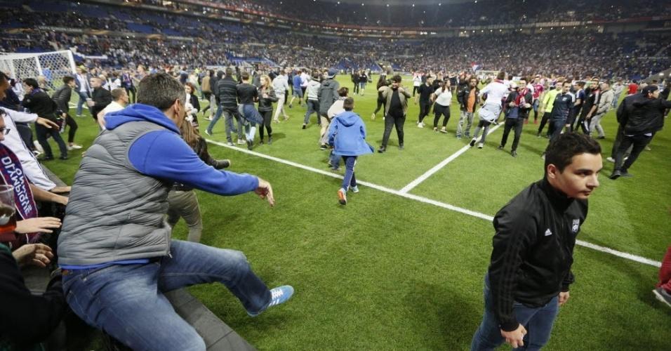Tumulto teria começado com torcedores do Besiktas lançando objetos contra torcida do Lyon que correu para dentro de campo