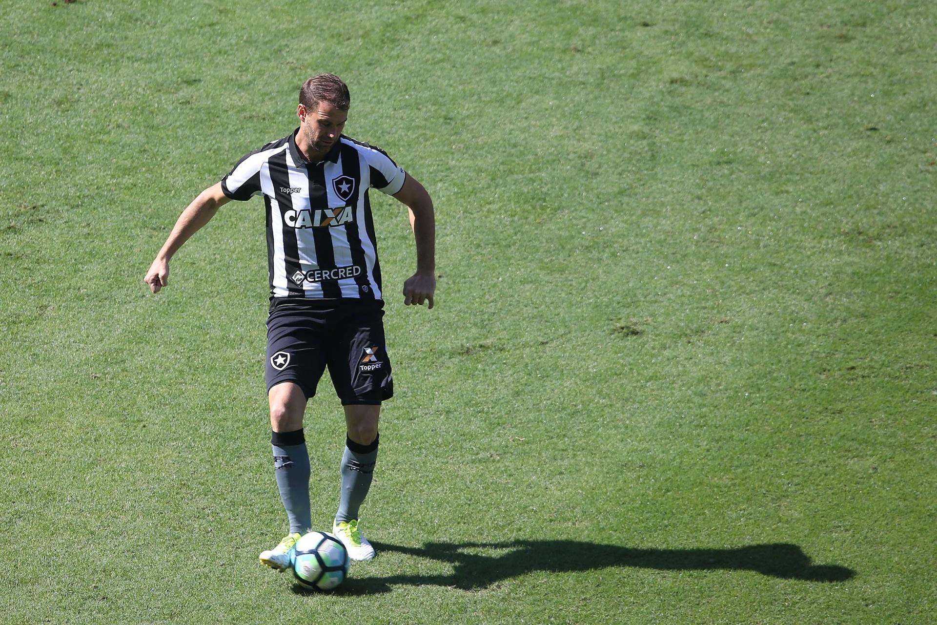Ele e os garotos  Carli passa a ser o único zagueiro veterano do Botafogo -  05 01 2018 - UOL Esporte b11c0fd428e02
