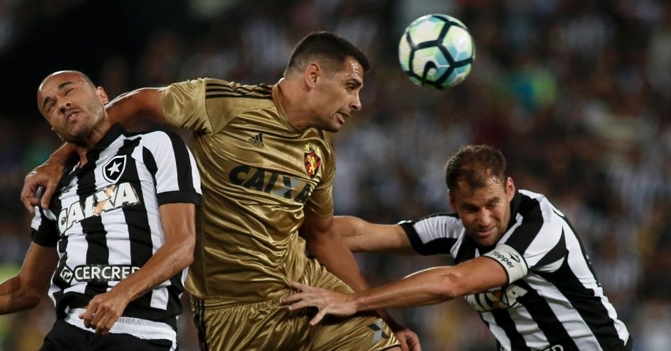 Diego Souza, do Sport, é cercado por dois jogadores do Botafogo no Engenhão