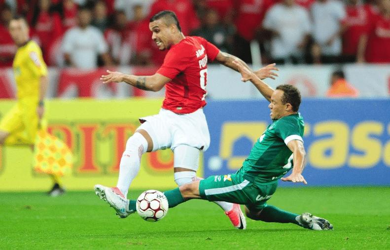 Willian Pottker tenta finalizar no jogo entre Internacional e Goiás