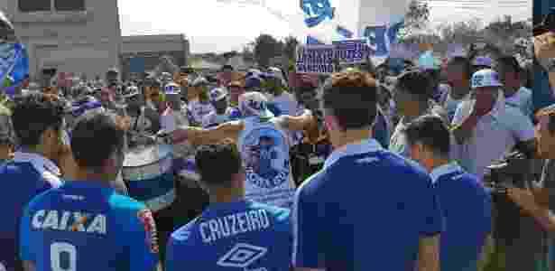 Seis jogadores do Cruzeiro foram de encontro aos torcedores na porta da Toca - Cruzeiro/Divulgação