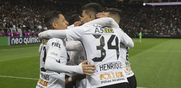Corintianos comemoram gol contra o Sport; clube vive problemas financeiros