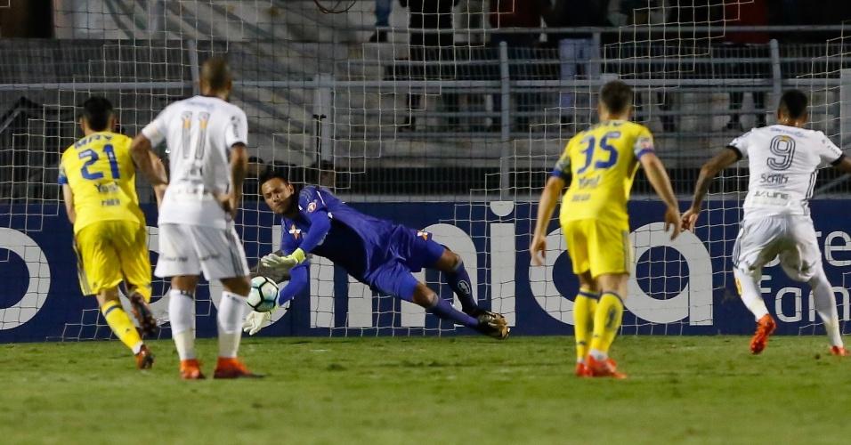 Diego Alves defende pênalti cobrado por Lucca