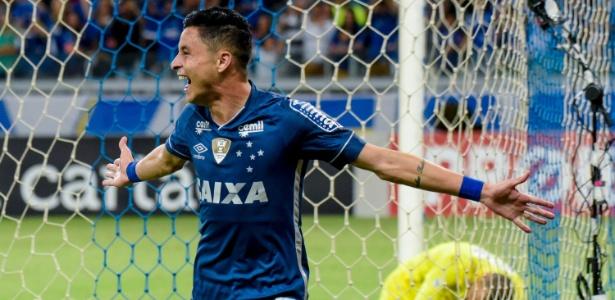 Diogo Barbosa comemora o segundo gol do Cruzeiro sobre o Fluminense