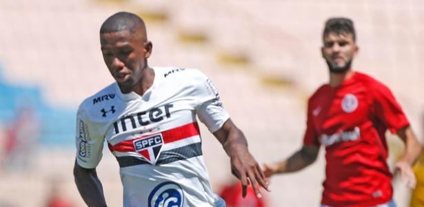 Toró carrega a bola para o São Paulo contra o Inter