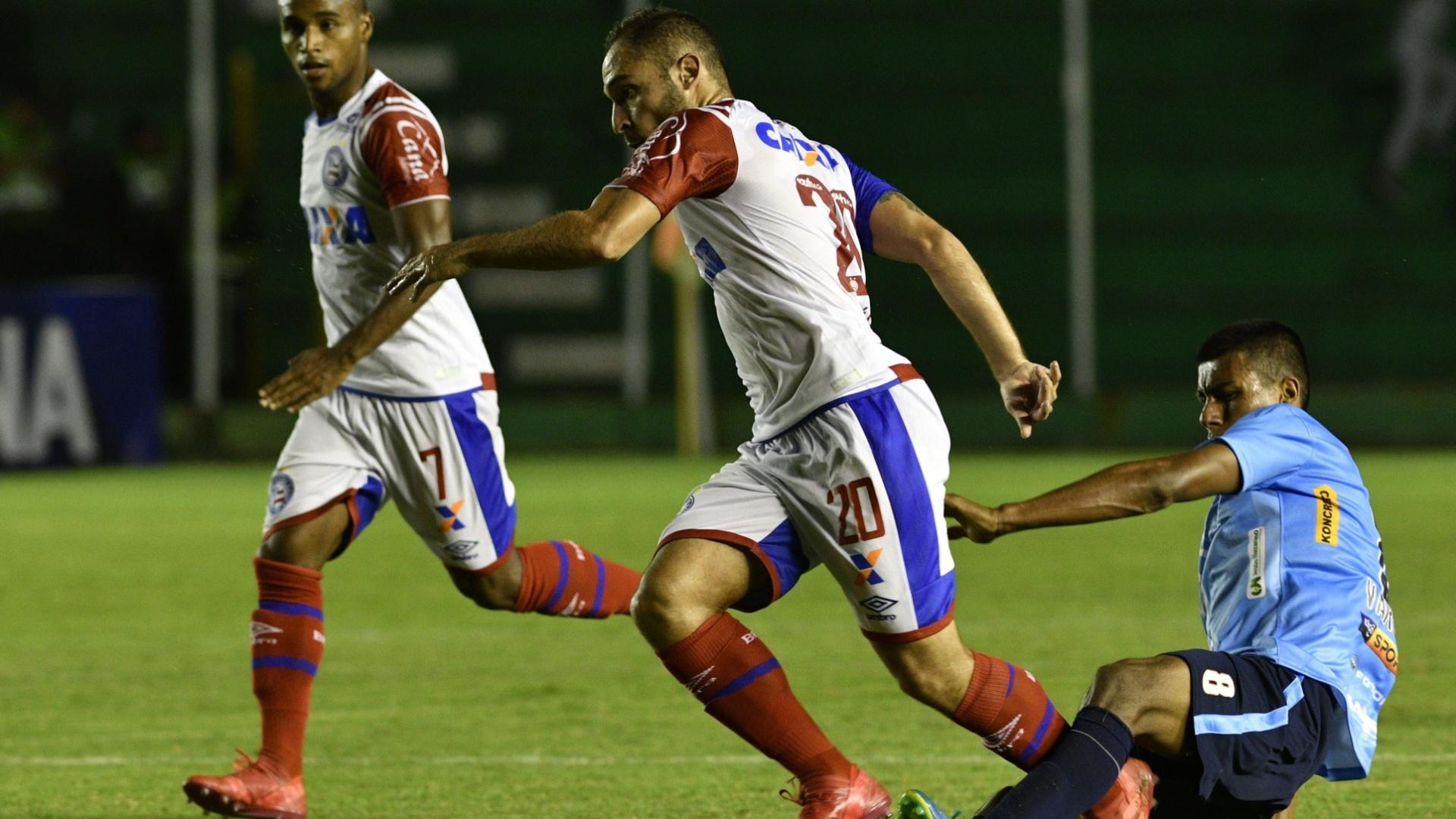 O meia Régis em lance da partida entre Blooming e Bahia, pela Copa Sul-Americana