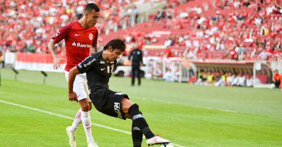 Romero protege a bola durante a partida entre Internacional e Corinthians