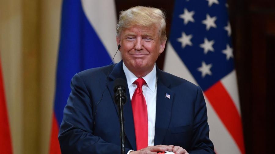 Donald Trump, presidente dos EUA, com a bola da Copa nas mãos após encontro com Vladimir Putin, presidente da Rússia - AFP PHOTO / Yuri KADOBNOV