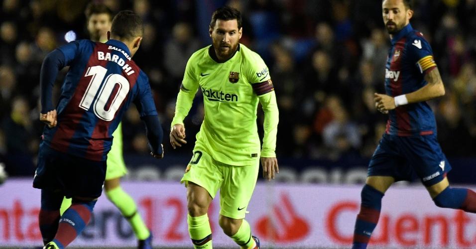 Messi conduzindo bola pelo Campeonato Espanhol, contra Levante