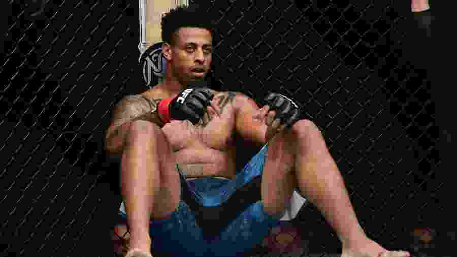 Greg Hardy fica no chão após desclassificação no UFC Brooklyn - Sarah Stier/Getty Images/AFP