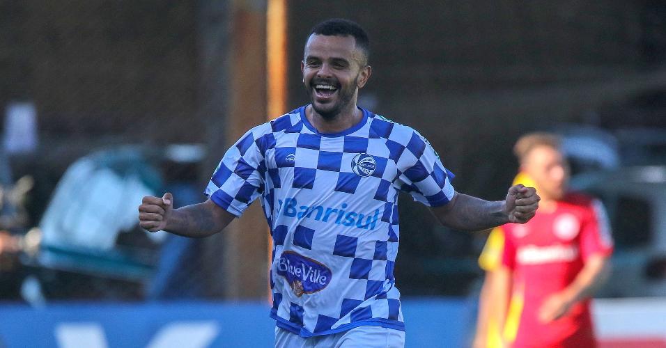 Jogadores do São José-RS comemoram gol sobre o Internacional
