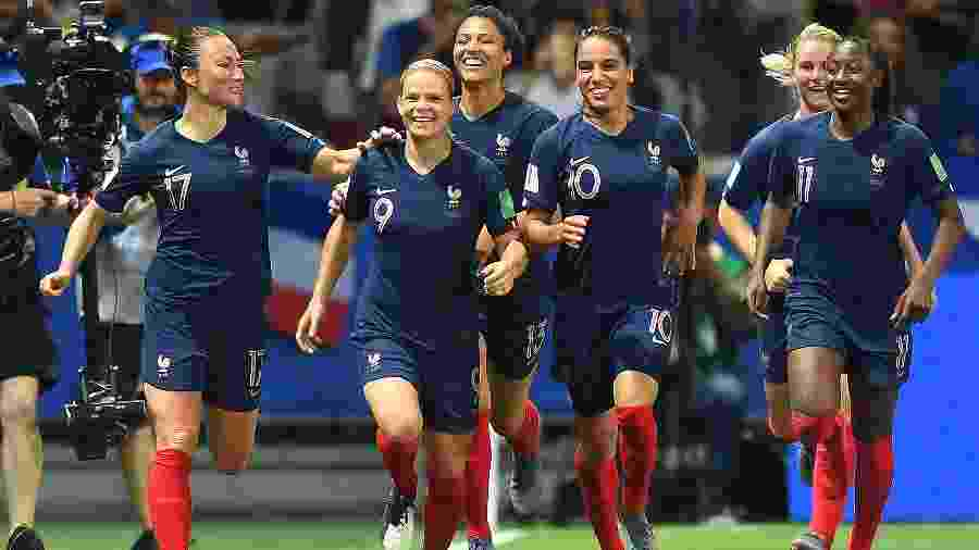 Jogadoras da seleção francesa comemoram gol em jogo contra Noruega pela Copa do Mundo - Michael Regan/Getty Images