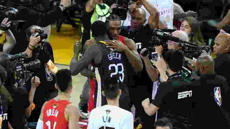 Kawhi Leonard e Draymond Green se cumprimentam após títulos dos Raptors - Thearon W. Henderson/AFP