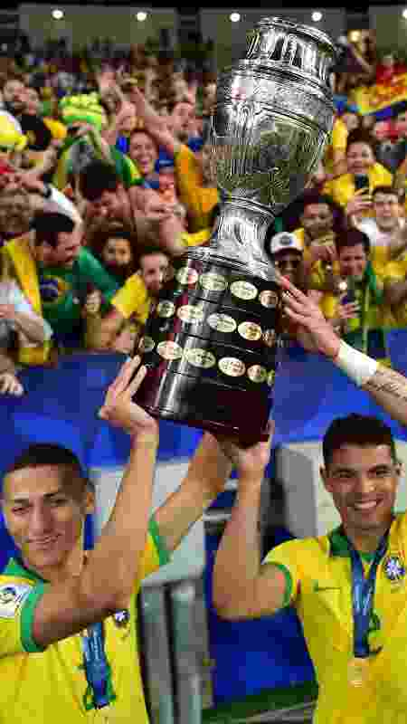 Thiago Silva e Dani Alves tiveram papel importante para dar calma aos mais novos como Richarlison - Luis Acosta/AFP
