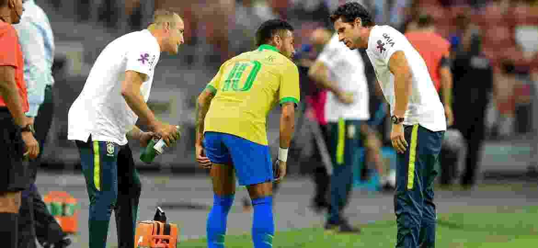 Neymar sente a coxa no amistoso Brasil x Nigéria - Roslan Rahman/AFP