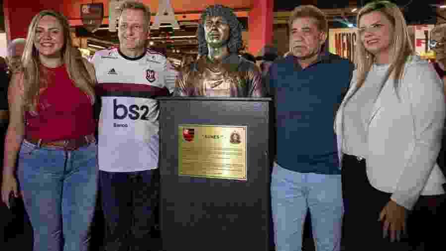 Nunes (de azul) e Landim (camisa do Fla) na inauguração do busto em homenagem ao ex-jogador do Flamengo -  Paula Reis/CRF