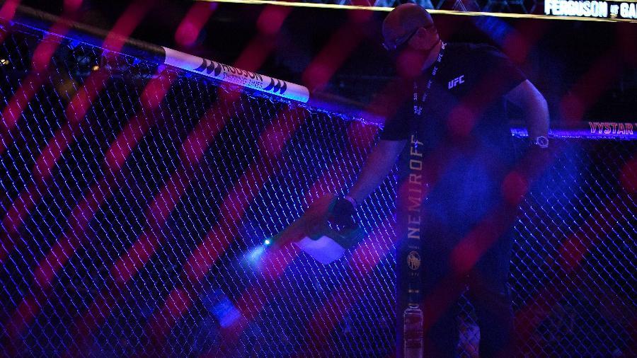 Funcionário do UFC aplica álcool no octógono durante o UFC 249 - Douglas P. DeFelice/Getty Images