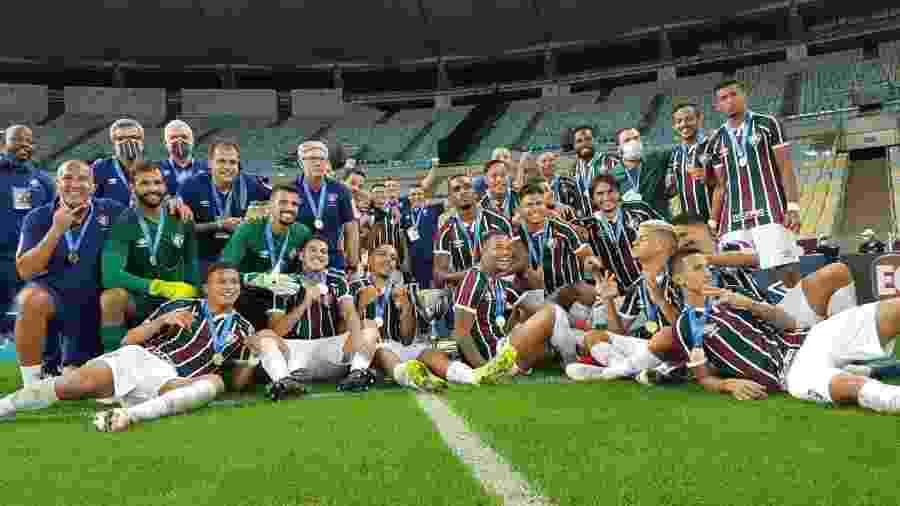 Elenco do Fluminense posa com a Taça Rio após vencer Flamengo nos pênaltis - Divulgação/Ferj