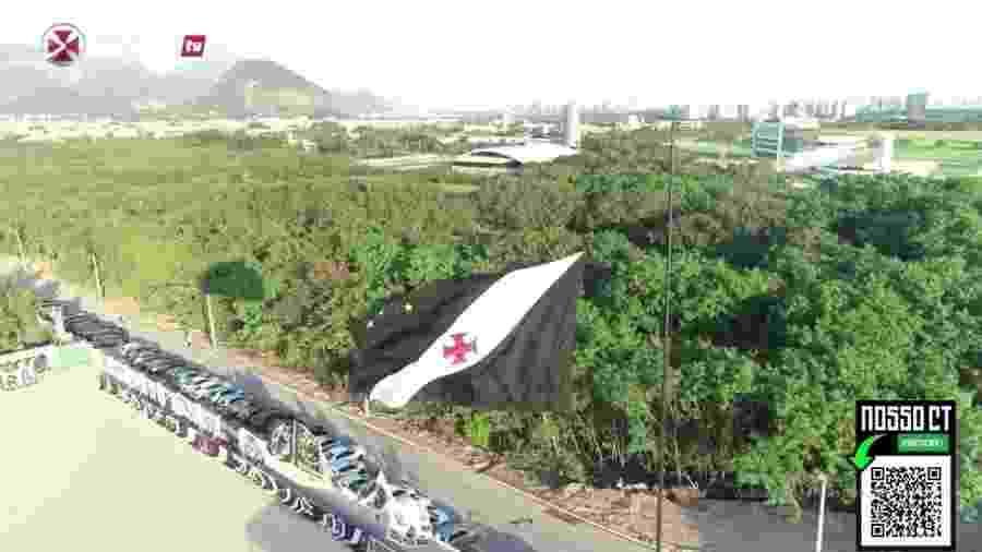 Bandeira do Vasco foi hasteada no novo CT do clube neste sábado (8) - Reprodução/Vasco TV