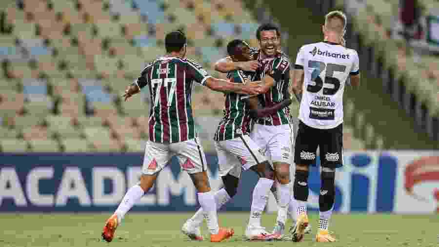 Luiz Henrique é abraçado por Fred e Nenê, veteranos do Fluminense, ao fazer gol sobre o Ceará - Lucas Merçon / Fluminense F.C.