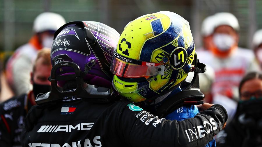 Os ingleses Hamilton e Norris, segundo e terceiro colocados no GP da Emilia Romagna, se abraçam após a prova - Dan Istitene - Formula 1/Formula 1 via Getty Images