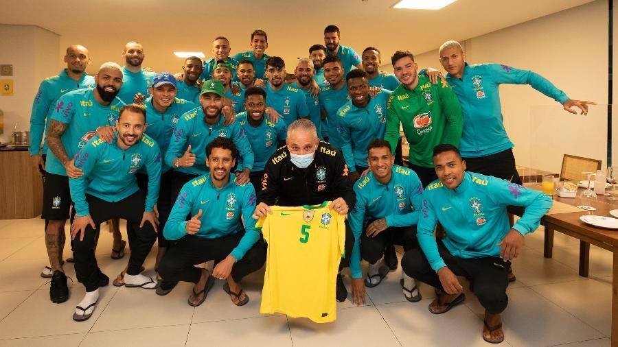 Treinador recebeu uma camisa com o número 5 das mãos do atacante Neymar na Granja Comary - Lucas Figueiredo/CBF