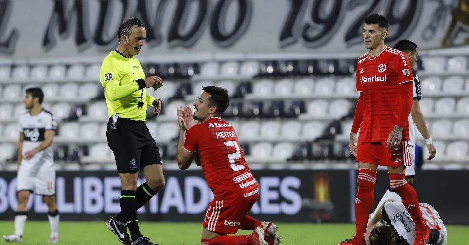 Heitor, do Internacional, recebe cartão amarelo, durante jogo contra o Olimpia pelas oitavas da Libertadores