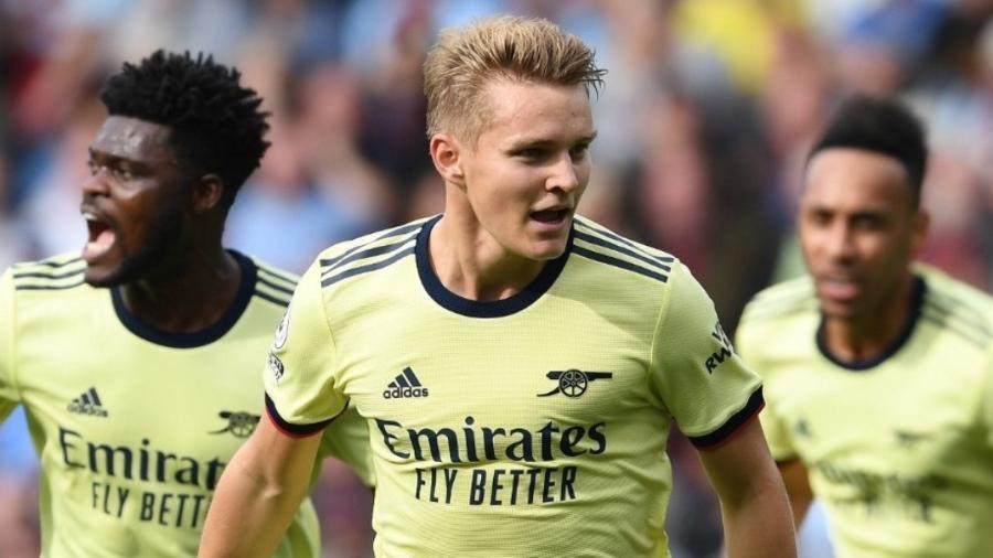 Odegaard (no centro) marcou o primeiro gol do Arsenal contra o Burnley - Reprodução/ Twitter @Arsenal