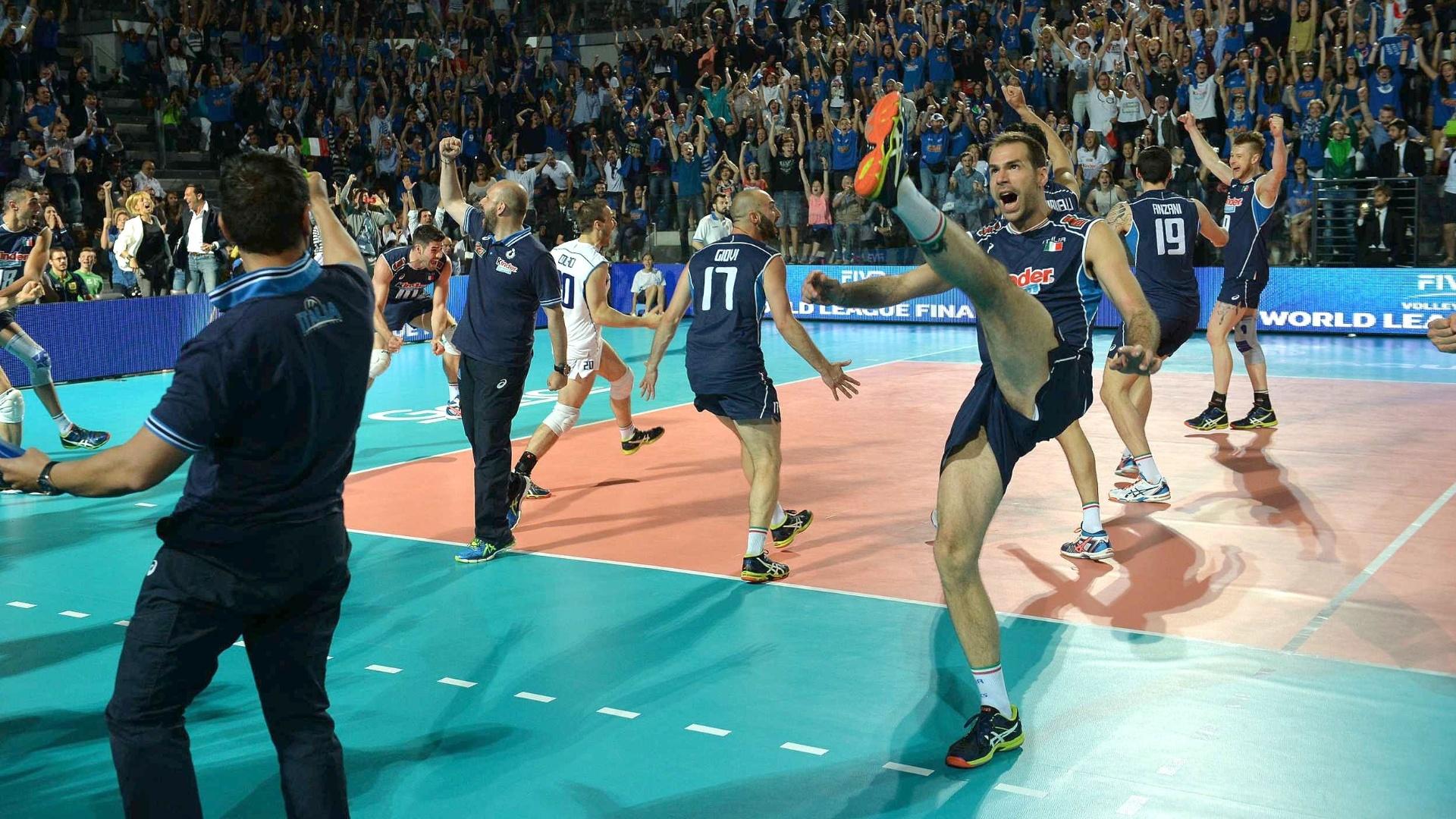 Jogadores da Itália comemoram a vitória sobre o Brasil