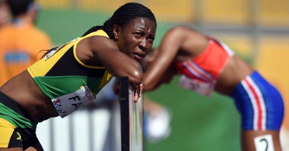 Atletas de Jamaica e Porto Rico demonstram cansaço após prova dos 200m do atletismo