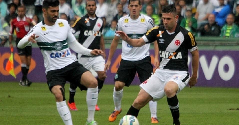 Disputa de bola intensa no Couto Pereira entre jogadores do Coritiba e do Vasco