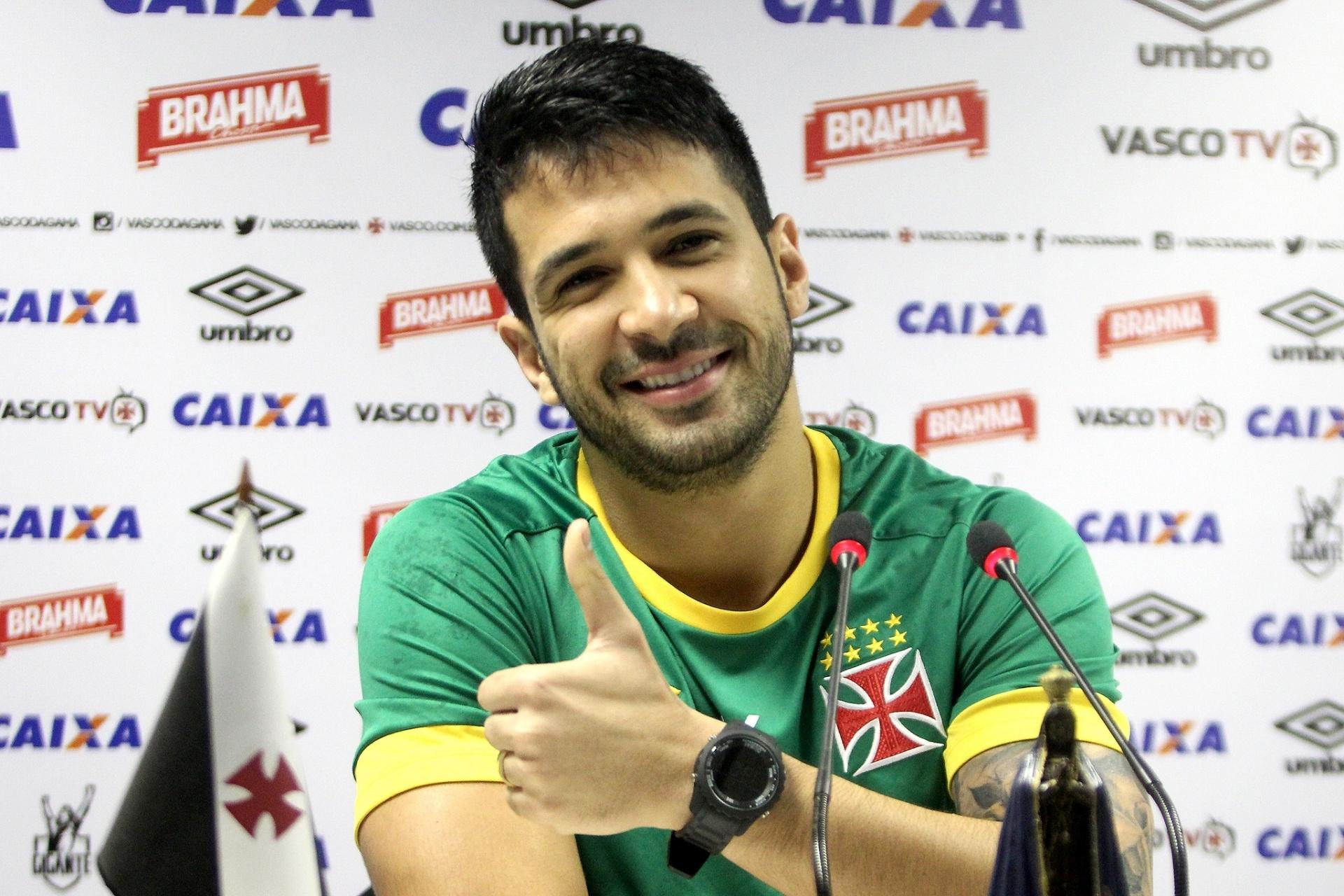 37fe41fac2 Luan chora com convocação e recebe notícia em meio a acupuntura no Vasco -  29 06 2016 - UOL Esporte
