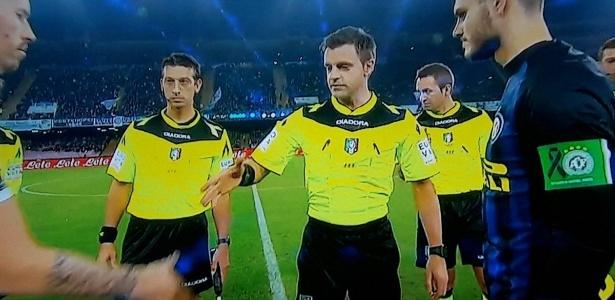 Icardi, capitão da Inter de Milão, com braçadeira em homenagem à Chapecoense