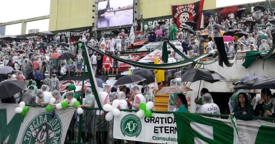 Bandeiras de torcidas organizadas de todo o país estão nas arquibancadas da Arena Condá