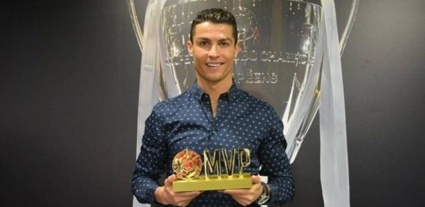 Cristiano Ronaldo recebe prêmio de melhor jogador do mundo - Reprodução