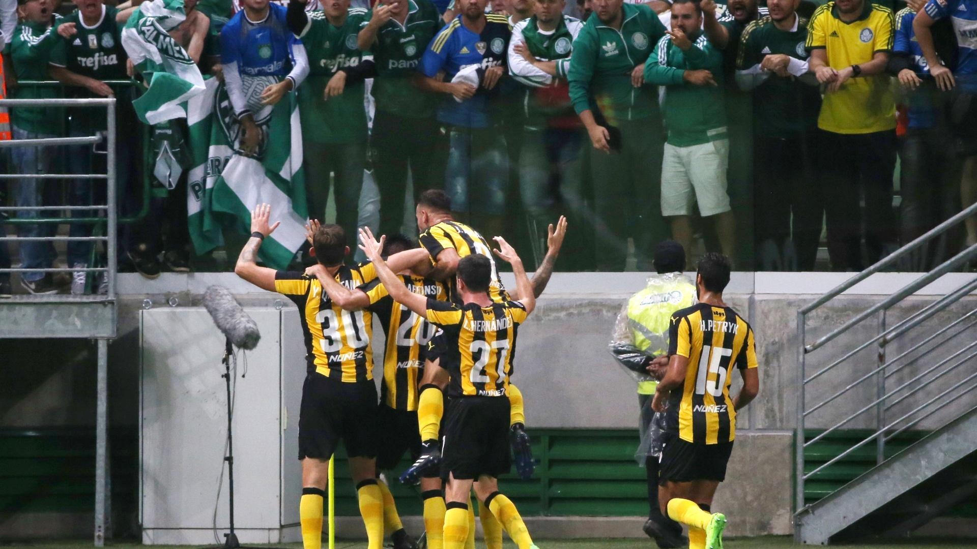 Jogadores do Peñarol comemoram gol contra o Palmeiras na Libertadores