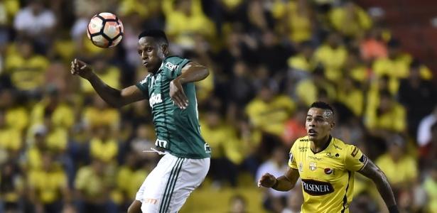 Mina sobe de cabeça para afastar o perigo da zaga do Palmeiras - Rodrigo Buendia/AFP