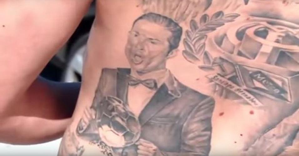 """""""Siii"""", um fã de Cristiano Ronaldo tatuou a comemoração do craque ao receber sua terceira Bola de Ouro"""