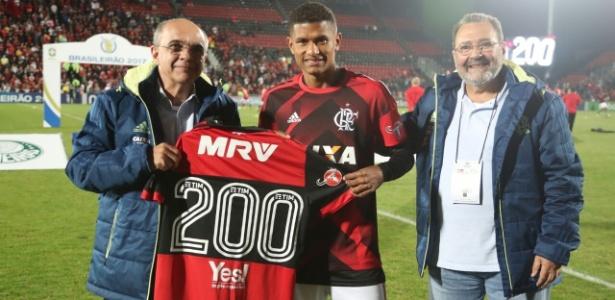 O volante Márcio Araújo recebeu recentemente a camisa pelos 200 jogos no Flamengo