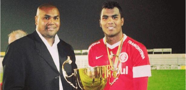 Zagueiro do Inter, Thales (d), e o pai Sandro (e), segurança do clube - Reprodução/Instagram