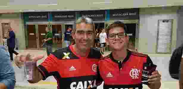 Victor (d) posa para o UOL Esporte ao lado do amigo do seu pai após o jogo do Flamengo - Vinicius Castro/UOL